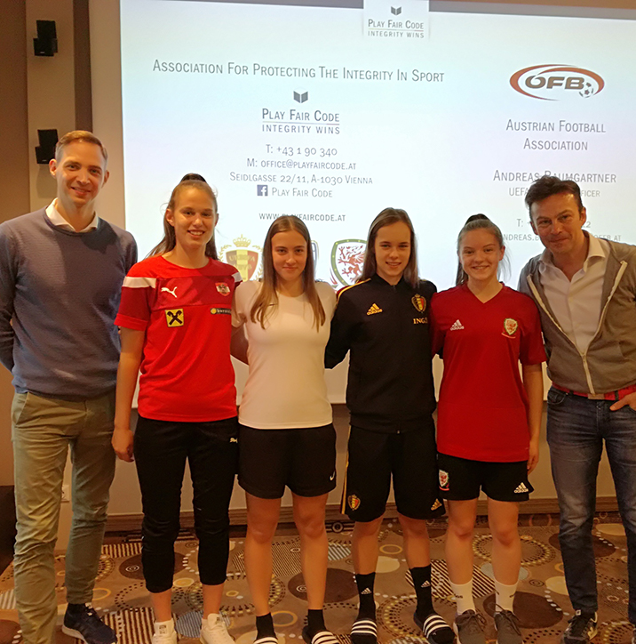 Team picture of U-17 team captains and Play Fair Code CEO Severin Moritzer together with ÖFB Integrity Officer Andreas Baumgartner.